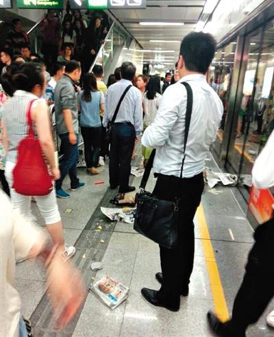 """据新华社电 20日一大早,深圳的""""上班族""""们像平常同样穿越于地铁的人流之间,开端新的作业周。在蛇口线换乘环中线的黄贝岭站,一位女搭客因没吃早饭低血糖晕倒,诱发搭客奔逃踩踏,形成12名伤者被抢救送医。"""