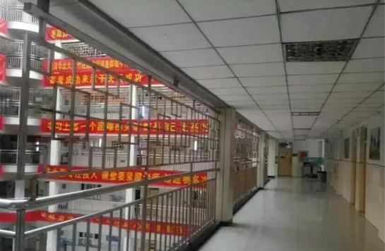 网友@陈宗鹤先生 :你没看错!这里是学校,这里是学校,这里是衡水二中。为了防止学生跳楼,改造成和监狱没什么两样。