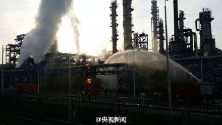人民网北京4月21日电据中央电视台新闻中心官方微博消息,今晨6时,江苏扬子石化乙烯厂一乙烯储罐发生爆炸。消防部门表示,目前管道内气体已关闭,残余气体正稳定燃烧,暂无危险。值班工作人员称,当时听到巨大声响,距离现场3公里处能感觉到窗户玻璃明显震动。事故造成1人骨折轻伤,已被及时送医。