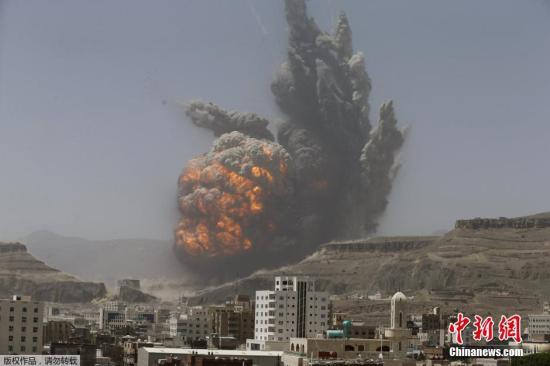 当地时间2015年4月20日,也门萨那,当地山上一军事武器仓库遭空袭。