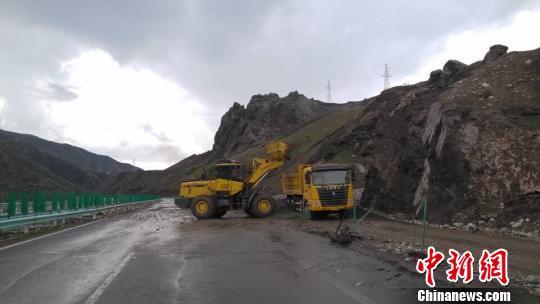 图为4月21日16点40分,G30线赛果高速公路k4193+200(乌鲁木齐至伊犁方向)发生泥石流。 邓虎 摄