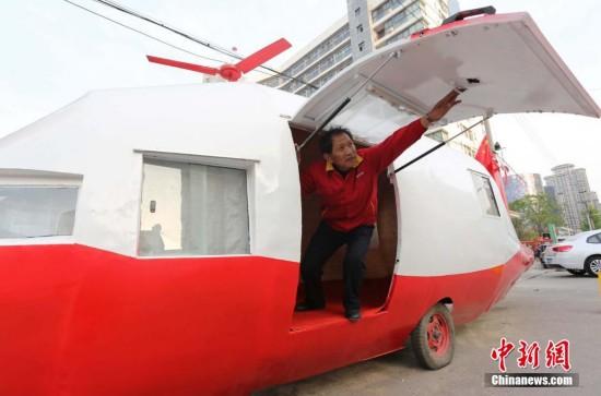 """河南白叟袁精英制作的""""直升机""""。"""