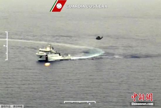 据外媒19日报道,意大利海岸警卫队称,一艘移民船在地中海翻覆。目前,救援人员正展开救援。 视频:意大利展开移民船事故调查和生还者安置工作来源:央视新闻