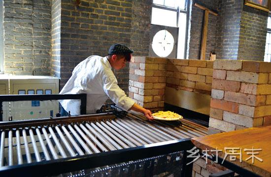 厨师将披萨送入窑炉