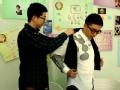 《今晚80后脱口秀片花》王自健换衣服遭调侃 助理为其更衣欲登头条