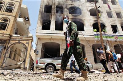 20日,也门萨那,沙特空袭也门行动持续,一处导弹基地遭受空袭,大量建筑被毁。