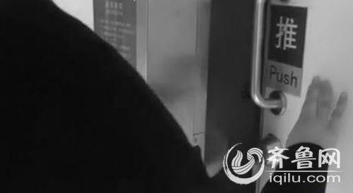 王某发觉有女人进入茅厕后,即刻跟随进入。(视频截图)