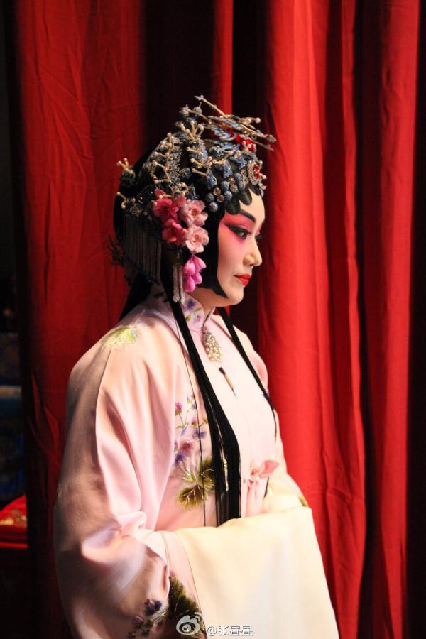 刘桂娟头戴12万羽毛头冠照片