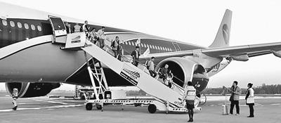 到达比利时列日机场的国家旅客走下飞机。
