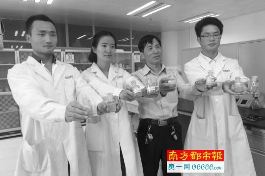 三名大门生与辅导老师冯��(右二)展现他们研制的动物饲料增加剂。南都记者 杨亮 摄