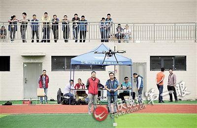 重庆晚报拍摄记者贺怀湘在停止理论测验,他成果优良,经过机长测验。