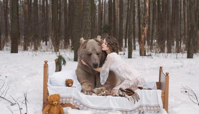 俄罗斯女模和灰熊