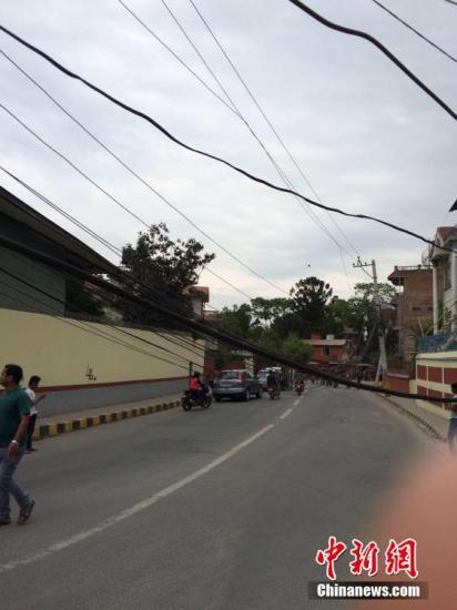当地时间4月25日中午12时许,中新网记者在尼泊尔首都加德满都感受到强烈地震。当时记者正在就餐,在跑出楼房时,身边一堵墙被震塌。周围大批居民奔跑到空旷地带,狗叫声四起,手机信号中断。记者发稿时震感仍在持续,附近一家中资企业的有线网络尚未中断。中新社记者 符永康 摄