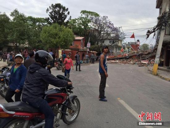 据中国地震台网正式测定:04月25日14时11分在尼泊尔北纬28.2度,东经84.7度发生8.1级地震,震源深度20千米。中新社记者 符永康 摄
