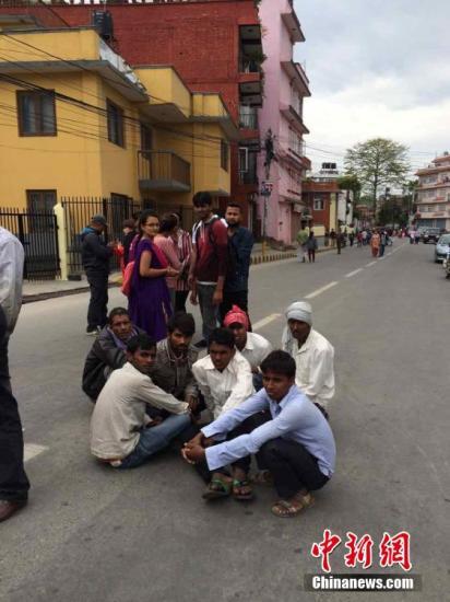 4月25日14时11分在尼泊尔(北纬28.2度,东经84.7度)发生8.1级地震,震源深度20千米。尼泊尔首都加德满都震感强烈。图民众在户外避险。 中新社发 符永康 摄
