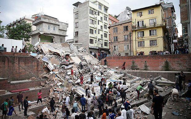 人们在倒塌的建筑物残骸中搜寻幸存者