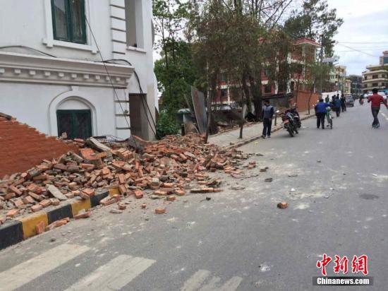 4月25日14时11分在尼泊尔(北纬28.2度,东经84.7度)发生8.1级地震,震源深度20千米。尼泊尔首都加德满都震感强烈。图为加德满都街头部分房屋受损。中新社发 符永康 摄