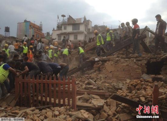 据中国地震台网正式测定:04月25日14时11分在尼泊尔(北纬28.2度,东经84.7度)发生8.1级地震,震源深度20千米。图为加德满都地震救援工作展开。