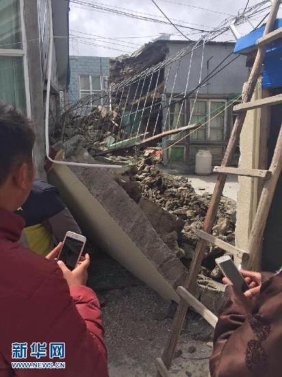 4月25日,西藏日喀则聂拉木县部分房屋倒塌。据中国地震台网测定,4月25日14时11分,尼泊尔(北纬28.2度,东经84.7度)发生8.1级地震,震源深度20千米。受此波及,西藏日喀则市吉隆县、聂拉木县等地震感强烈,拉萨等地有明显震感。新华社发 张茂 摄 新华网