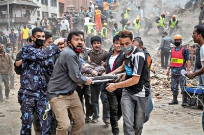 尼泊尔加德满都,杜巴广场,救援人员正在抢救伤者。