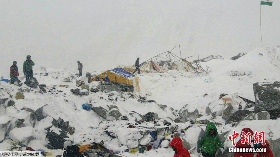 当地时间2015年4月25日,尼泊尔8.1级地震,地震造成珠穆朗玛峰发生雪崩,造成登山者大本营被严重破坏。