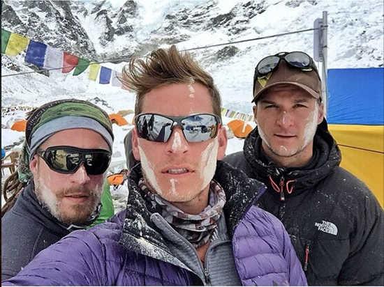 4月22日,弗雷丁伯格(中)在Instagram上发布与同事一起攀登珠峰的照片。
