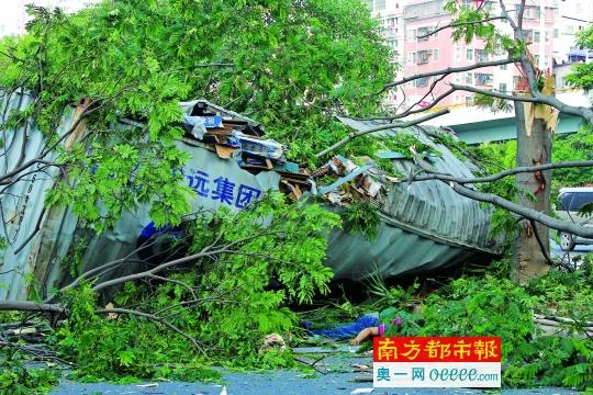 货柜掉落15米高架桥