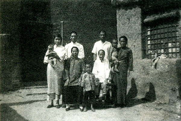 霍元甲之妻王氏、霍东阁之妻于氏与霍雅亭、霍文亭两家在小南河旧宅中