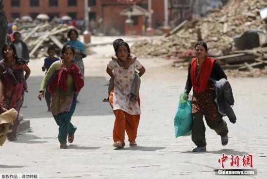 2015年4月26日,尼泊尔加德满都,尼泊尔大地震后余震不断,民众疏散。