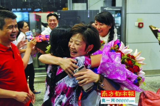从尼泊尔返回的苏小姐(右)与亲友拥抱。南都记者梁炜培 摄