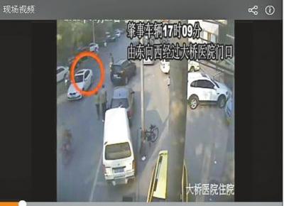 视频显现,2015年4月25日17点09分,闹事车辆由东向西通过大桥病院门口。