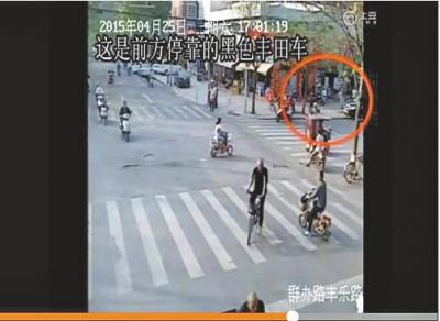 视频播放至1分19秒切入到另外一处路口的监控录相,一辆彩色丰田车停泊在路边。