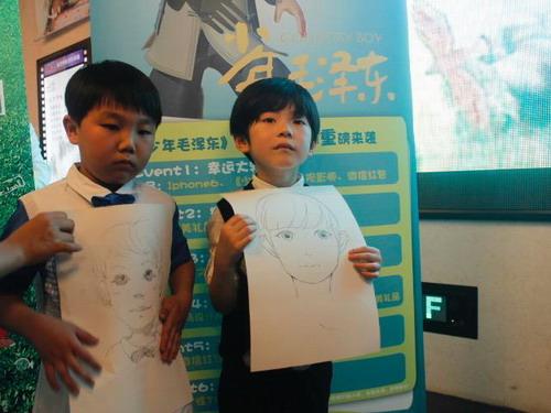 动画片《少年毛泽东》主创人员与来自湖南卫视综艺节目《一年级》中的小朋友在现场合影以及《一年级》的小朋友在海报前展现了他们的漫画肖像。张达 摄
