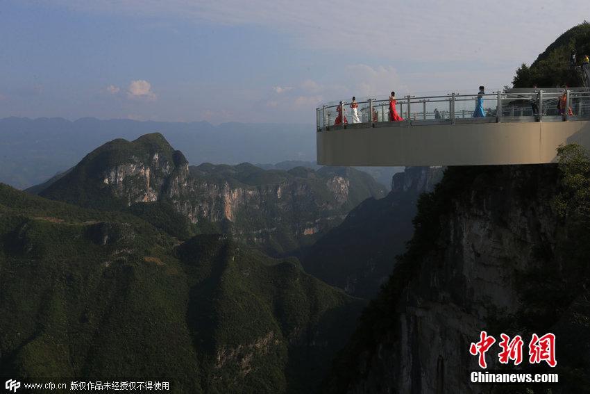 世界最长悬挑玻璃廊桥开放 美女模特穿古装云