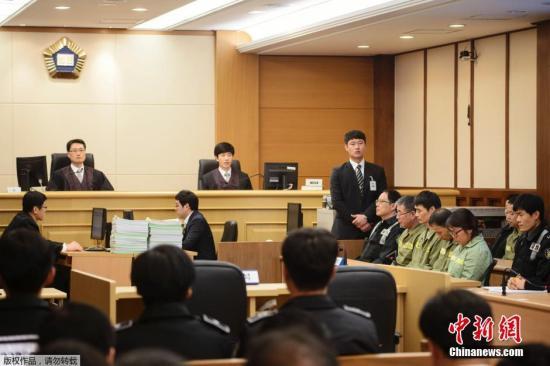 """当地时间2014年11月11日,韩国法院判处失事客轮""""世越号""""船长36年徒刑。韩国检方此前曾在庭上要求法院判处""""世越号""""船长李某死刑。"""