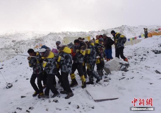 当地时间4月25日,尼泊尔强震引发珠穆朗玛峰雪崩,部分基地大本营被埋。救援队紧急救援。 视频:珠峰雪崩:18人遇难 20年来伤亡最惨重的一天来源:上海东方高清