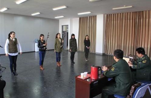 资料图:中国文艺兵招生现场。