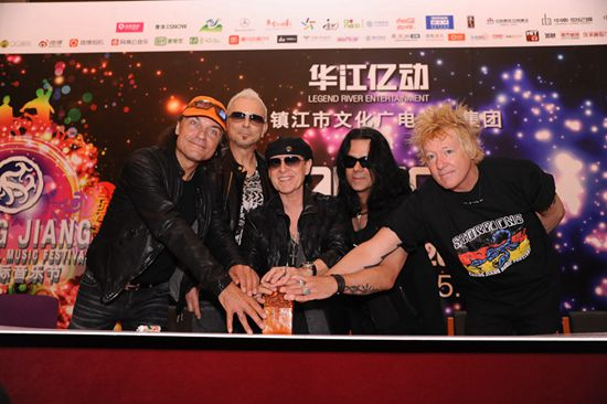 蝎子乐队使用罗琦赠送玉玺为门票盖章(点击观看高清组图)