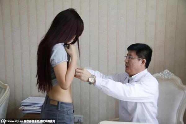 大学隆胸不在于胸过程为嫁豪门曝光吸引女生学时尚专业女生的图片