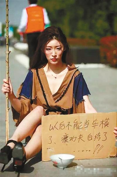 抗议的车模举着写满标语的纸牌(图片来自网络)