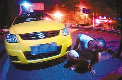 偷开车的易某被捕获(警方供图)