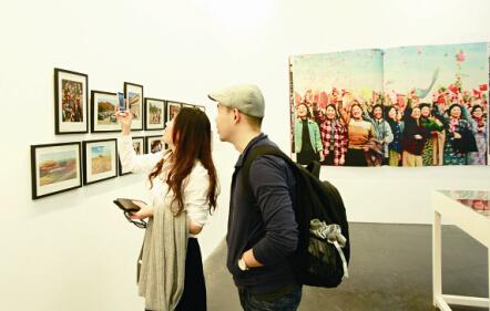 """作为""""2015中英文化交流年""""项目之一,正在北京举办的""""中国摄影书集""""展,通过100多部以中国为主题的摄影画册,展现了自1900年以来中国社会的百年变迁。翻阅这些来自不同年代的摄影集,人们可以看到清末优雅恢弘的""""燕京盛迹"""",也能够看到今日中国人的灿烂笑容。展览将持续至5月31日。"""