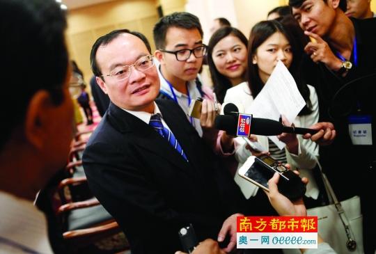 东莞市长袁宝成被记者围住。南都记者 方灼烁 摄