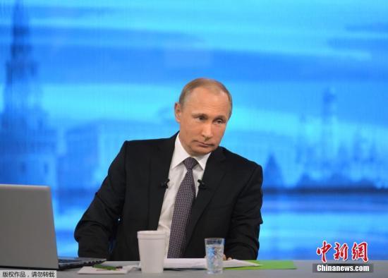 资料图:当地时间2015年4月16日,俄罗斯莫斯科,俄罗斯总统普京与民众进行直播连线,回答民众感兴趣的社会、民生、内政、外交等问题。