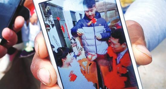 """媒妁手机中小魏和新""""子妇""""购置酒菜的场景"""
