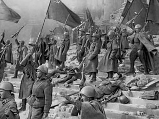 苏联红军在德国_苏联红军在德国国会大厦前欢呼胜利.