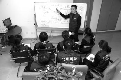 郑浩在布置作战方案。京华时报通讯员唐玉民摄