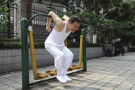 操老汉_八旬老汉练出6块腹肌 可连做俯卧撑近百个(图)