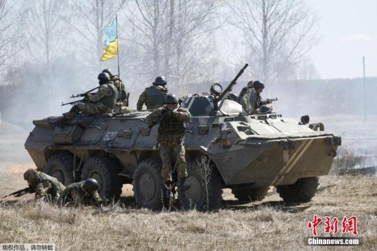 资料图:当地时间4月9日,乌克兰日托米尔,新进加入乌克兰伞兵的士兵在进行军事训练。