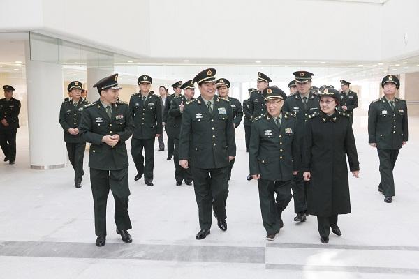 图为中央军委委员、总后赵克石部长视察安亭新院。